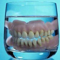 Процесс чистки зубных протезов