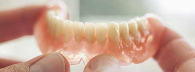 надо ли снимать зубные протезы на ночь