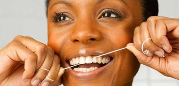 чистить зубы флоссом
