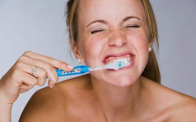 читска зубов и массаж десен
