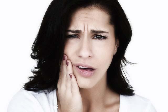 сводит нижние зубы