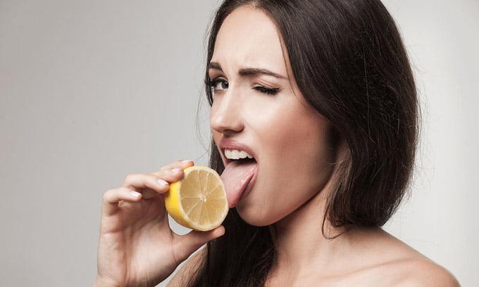 почему во рту кислый привкус